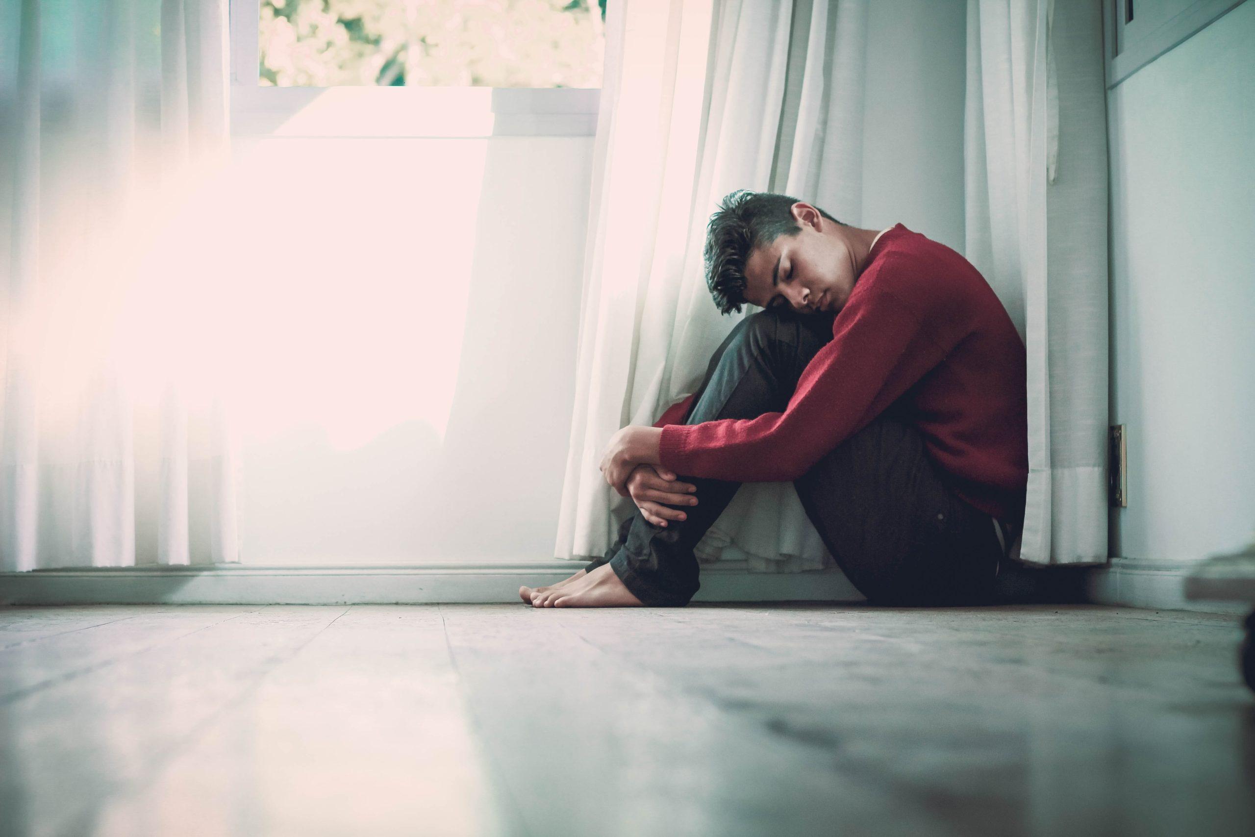 不安を感じている人の画像