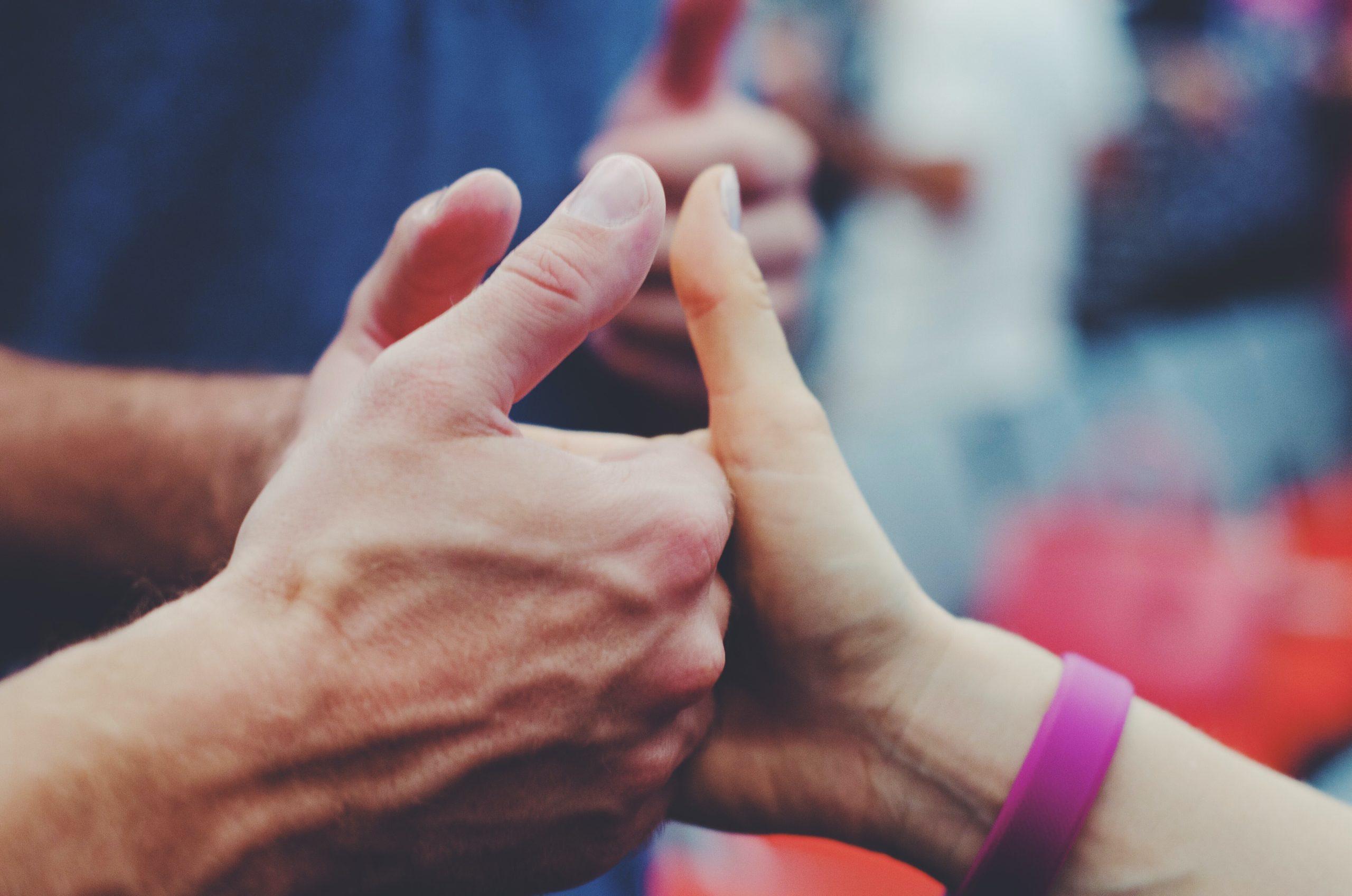 指を合わせる人の画像