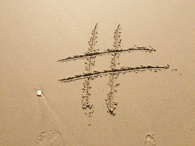 砂浜に#を書いた画像