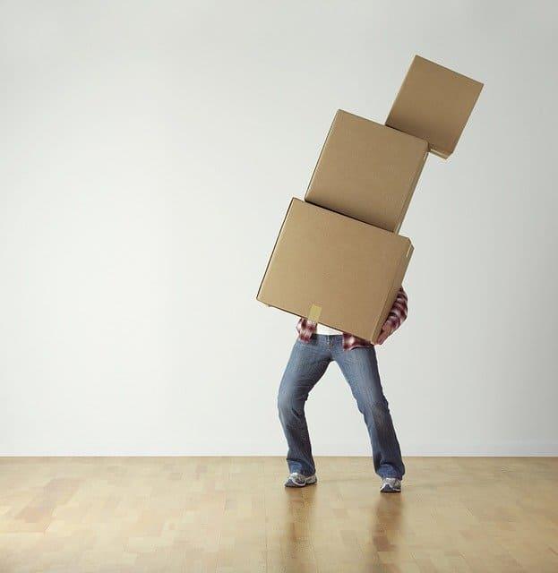 箱を運ぶ男性の画像